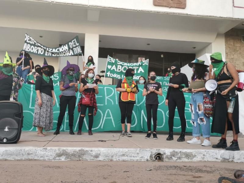 Marchan mujeres por la despenalización del aborto