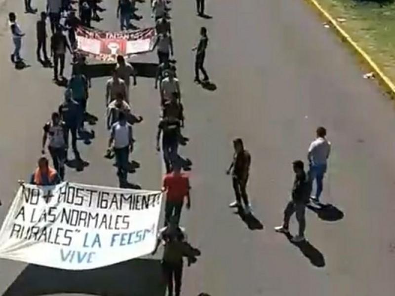Marchan normalistas contra represión; evocan lo ocurrido en 2012