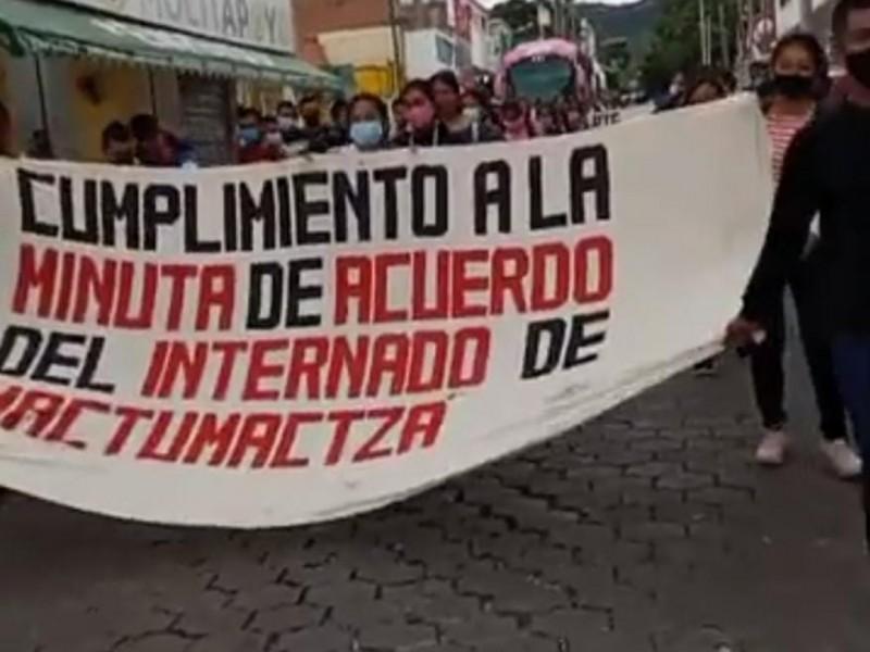 Marchan normalistas dicen no al recorte presupuestal a escuelas normales