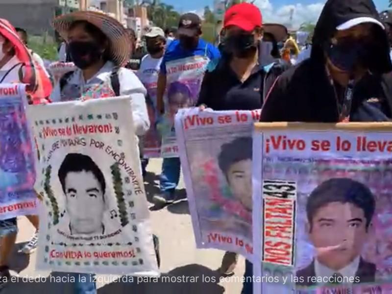 Marchan padres de normalistas desaparecidos de Ayotzinapa