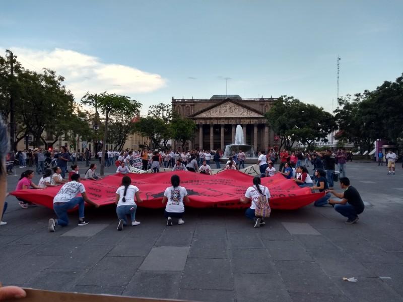 Marchan por desaparecidos de Ayotzinapa