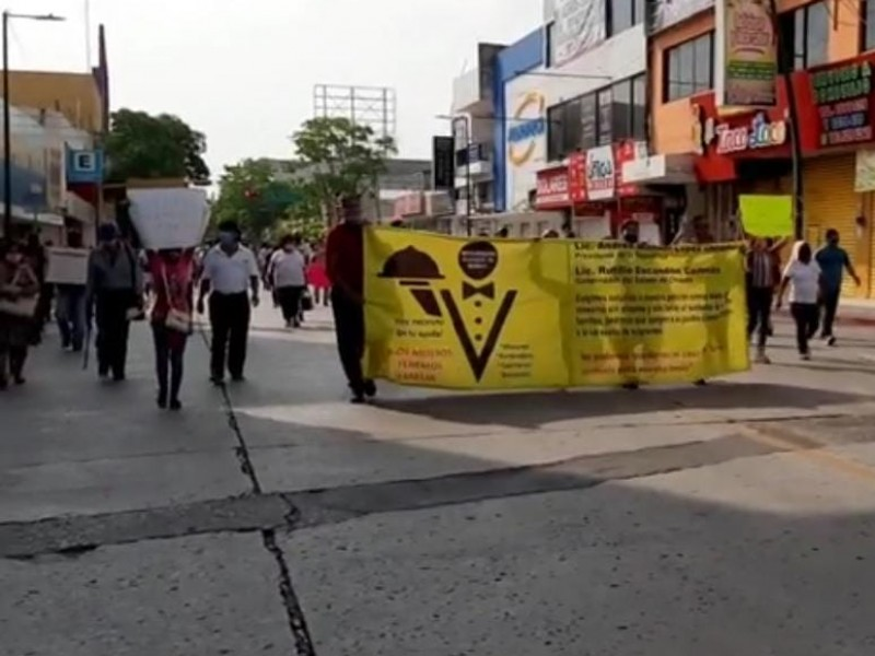 Marchan por tercera vez meseros, piden apoyo económico