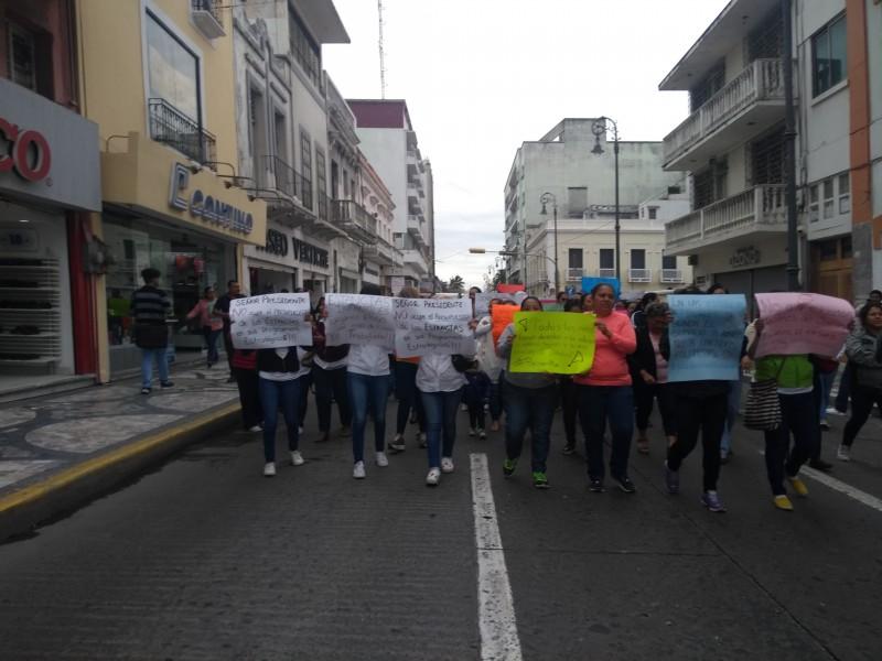 Marchan trabajadoras de Estancias Infantiles en Veracruz