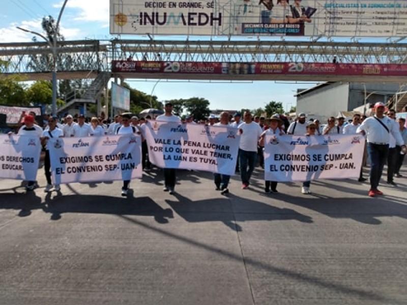 Marchan universitarios por la autonomía de la UAN