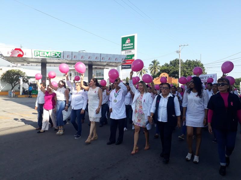 Marchan Xaliscas por la lucha contra el cáncer