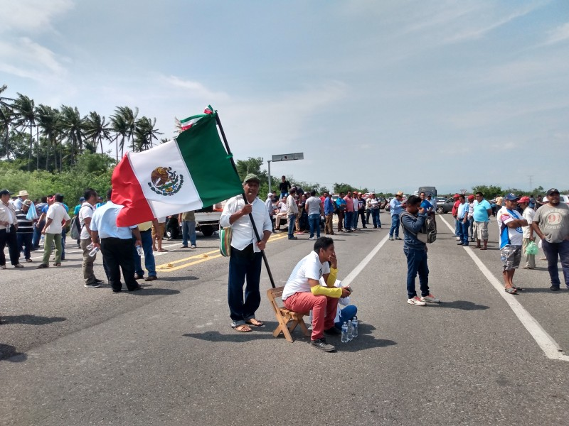 Marchistas instalan bloqueo en la carretera federal