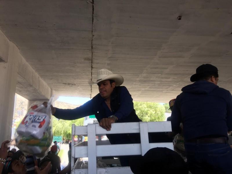 Marco Flores entrega despensas a músicos zacatecanos