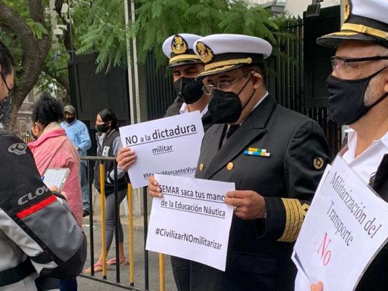 Denuncian militarización de puertos; Marina Mercante protesta frente al Senado