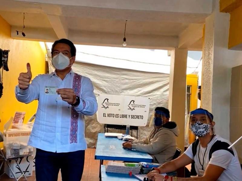 Mario Delgado ejerce su derecho al voto en Iztacalco