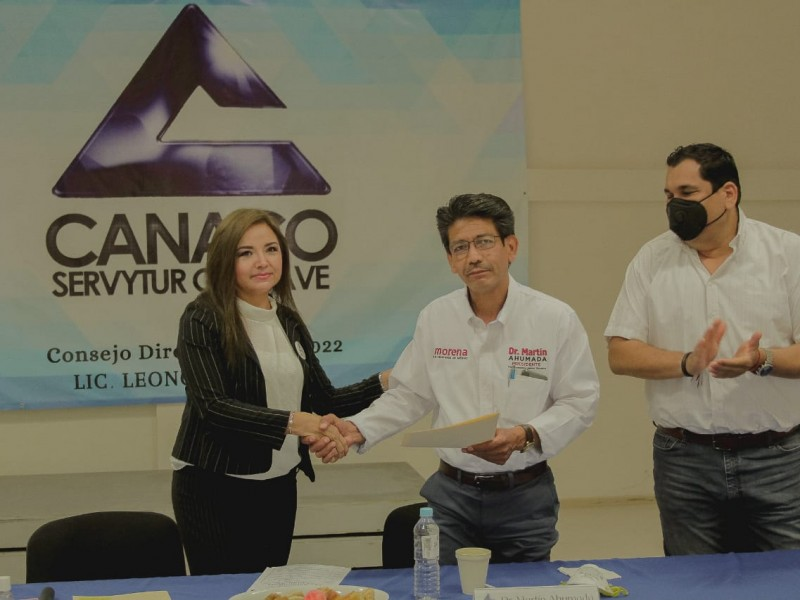 Martín Ahumada firma carta compromiso con Canaco Guasave