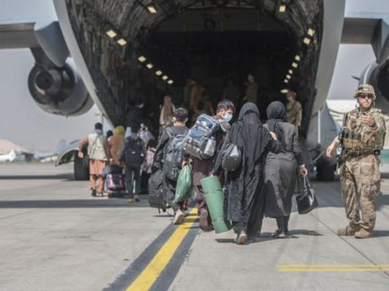 Más de 105 mil personas han evacuado Afganistán