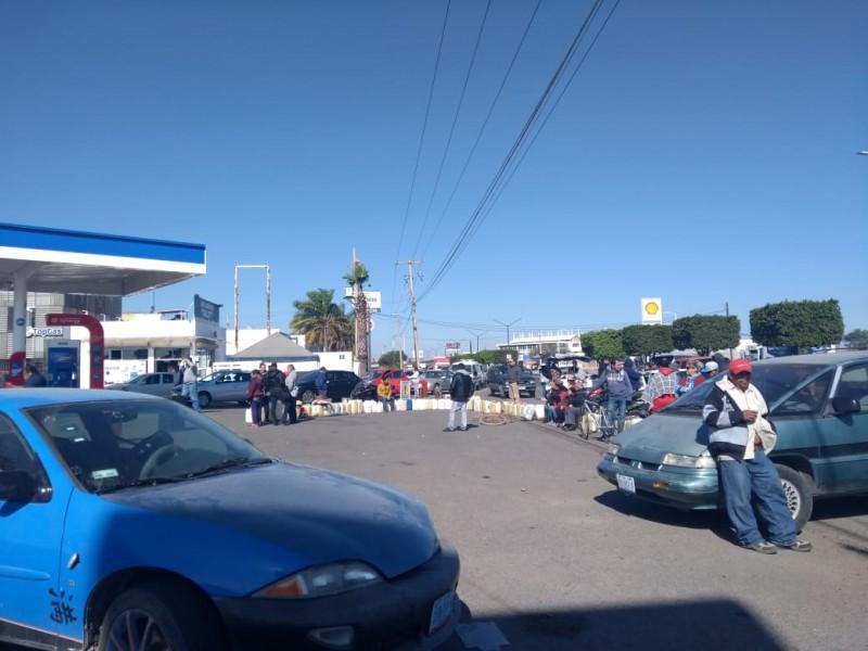 Automovilistas esperan más de #24hrs para cargar gasolina