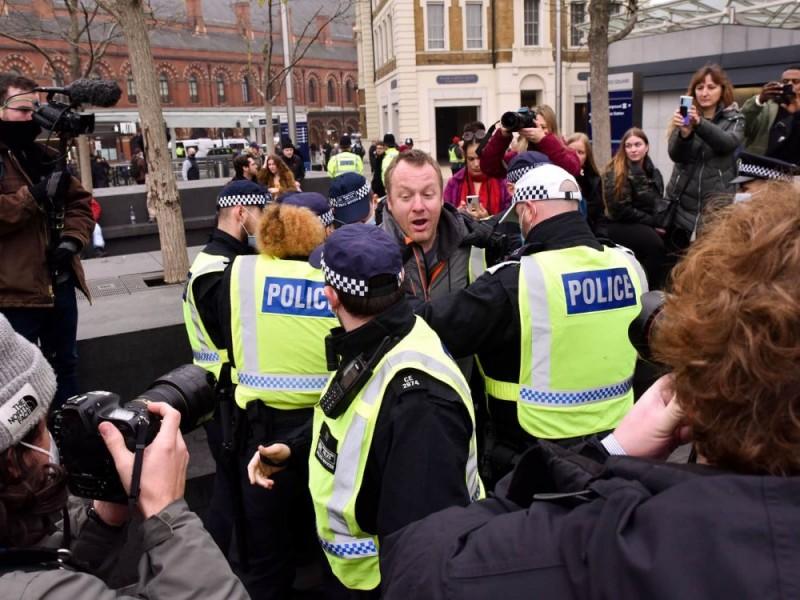 Más de 60 detenidos tras protesta anticonfinamiento en Londres
