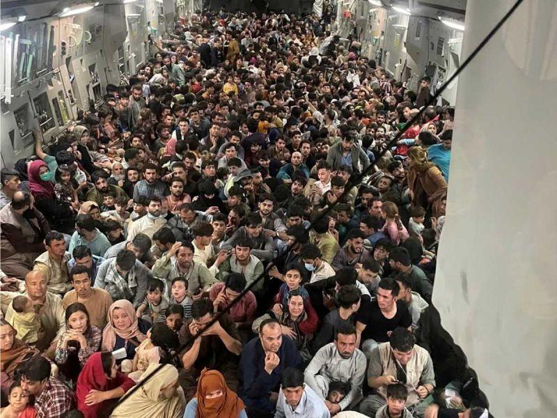 Más de 600 afganos huyen hacinados en avión de EU