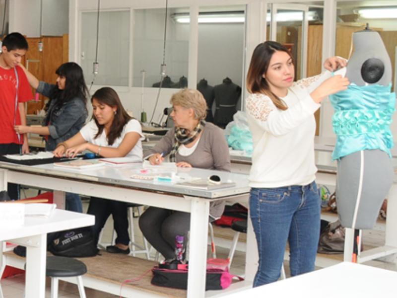 Más mujeres se interesan por aprender oficios