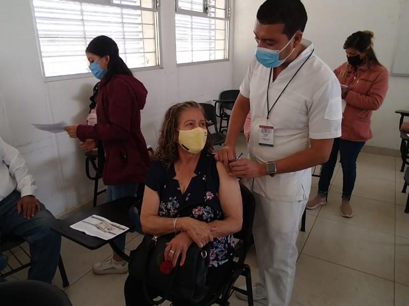 Más seguros y contentos, salen abuelitos tras vacunación en Morelia