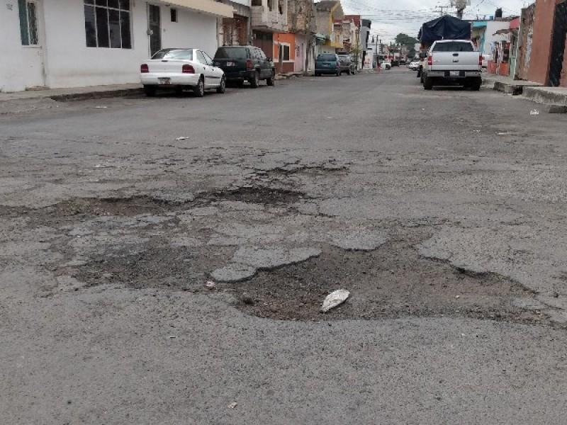 Materiales deficientes ocasionaron baches en calle Río Lerma