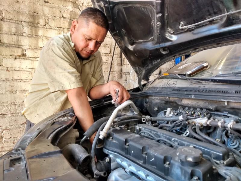 Mecánico automotriz, oficio indispensable para el sustento de la familia