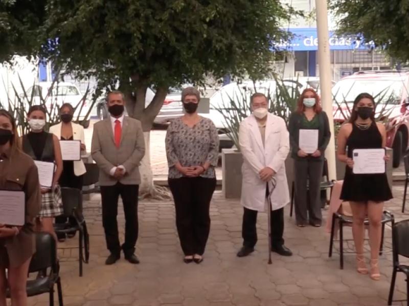 Medicina UAQ titula a 19 egresados de Odontología
