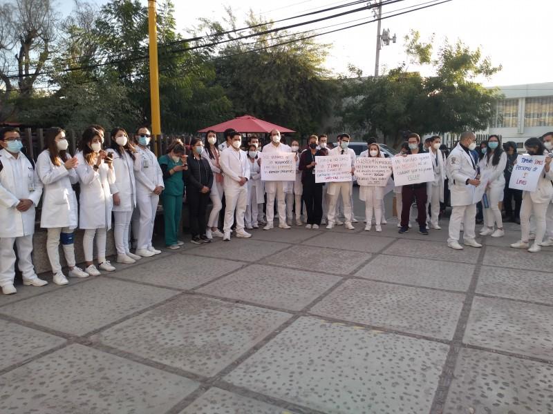 Médicos internos del IMSS exigen ser vacunados contra COVID-19