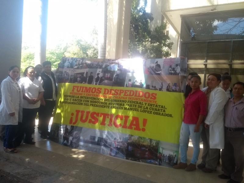 Médicos protestan ante despidos injustificados