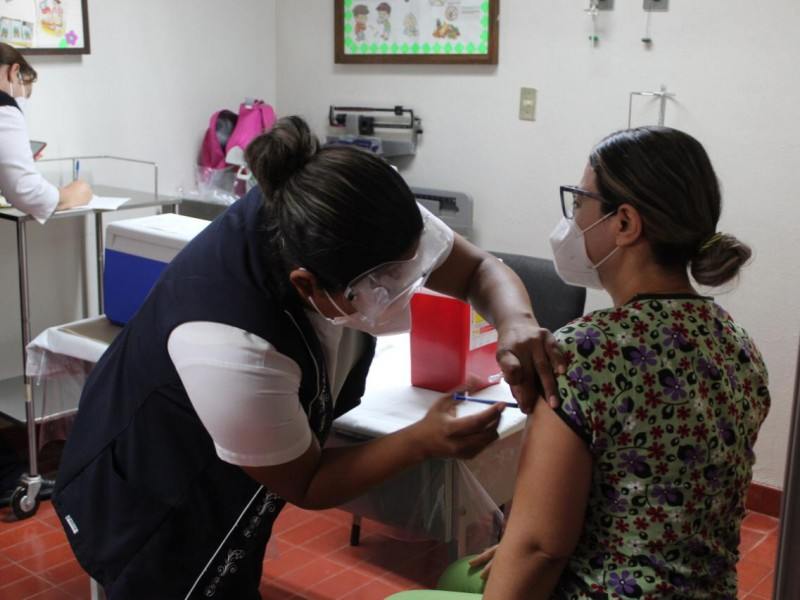 Médicos reciben la segunda aplicación de la vacuna en Álamos