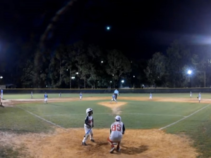Meteorito ilumina cielo durante partido de tee ball en EE.UU.