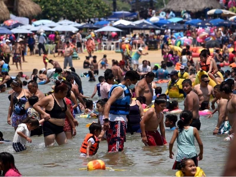 Mexicanos abarrotan las playas este fin de semana