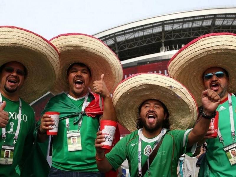 Mexicanos celebran haber ganado sede del Mundial 2026