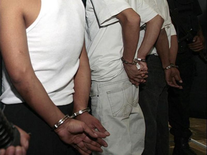México entrega a cinco fugitivos buscados por EU