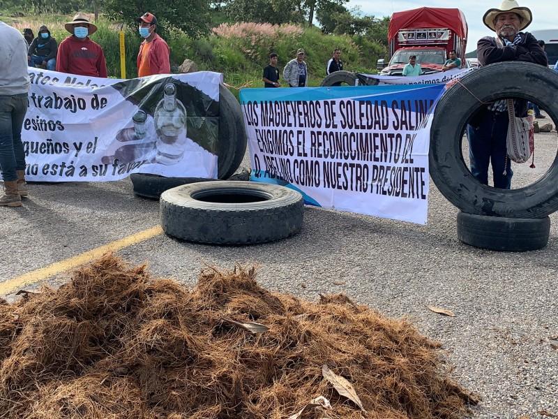 Mezcaleros bloquean carretera 190 Oaxaca-Istmo