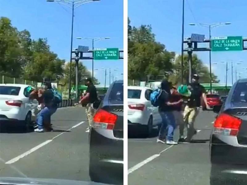 Microbuseros atropellan y golpean a ciclista