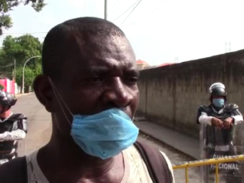 Migrante apoya con traducción para agilizar filas en INMI