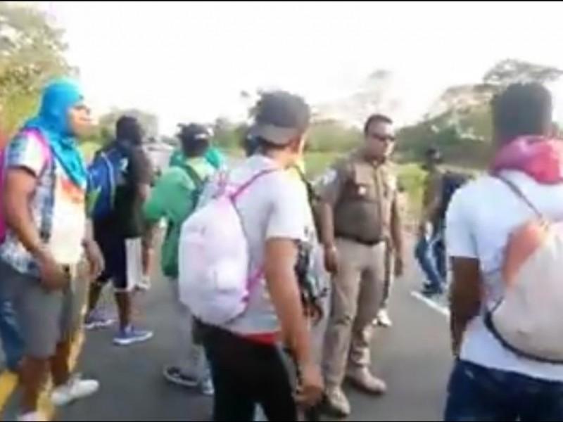 Migrantes ingresan violentamente a Chiapas