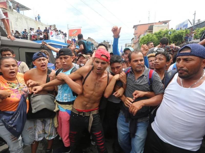 Migrantes derriban el cerco para entrar a México