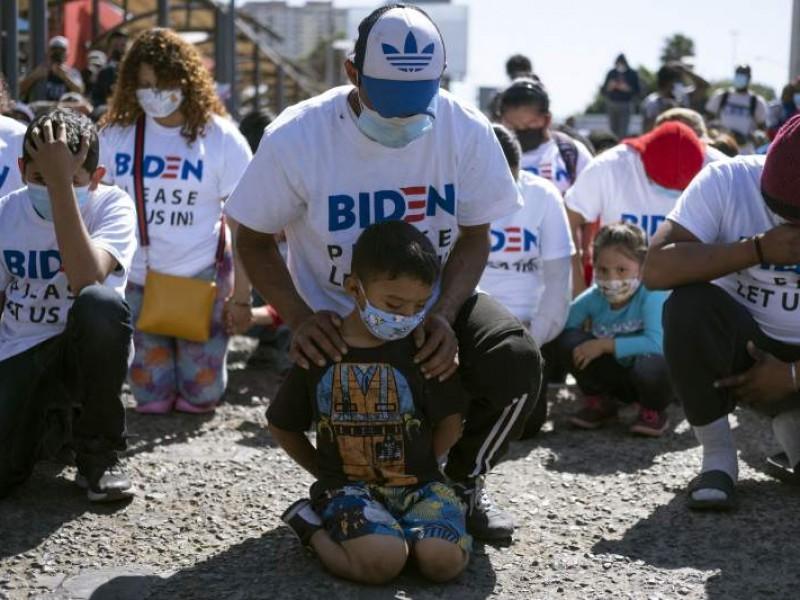 ¡De rodillas! Migrantes en Tijuana piden asilo a Estados Unidos