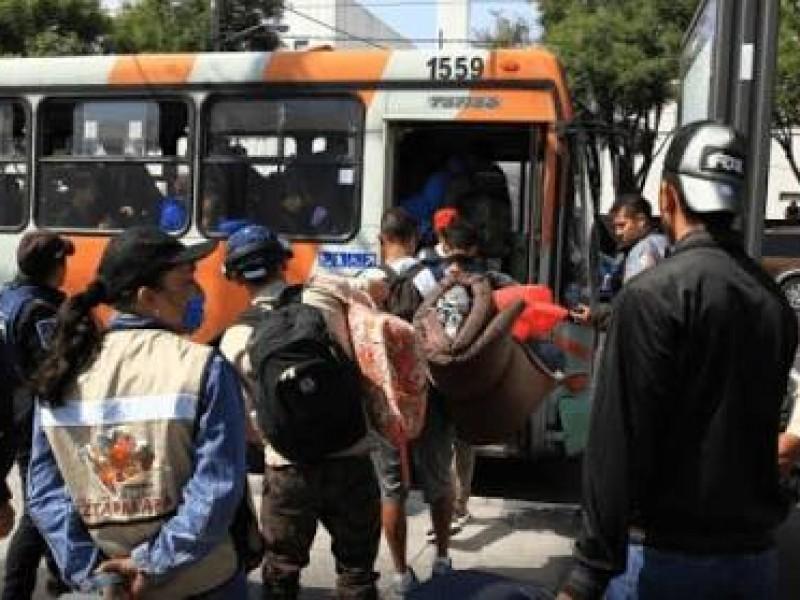 Migrantes pasan primera noche en Faro de Tláhuac