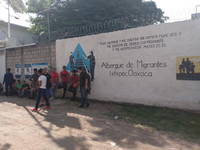 Migrantes realizan labores de limpieza en Ciudad Ixtepec