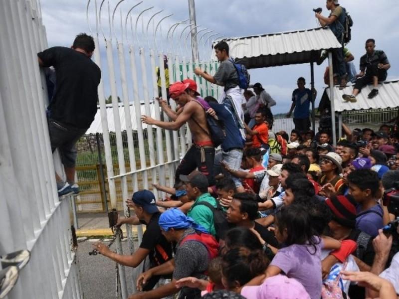 Migrantes saltan reja de INM