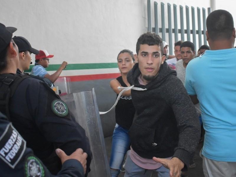 Migrantes se amotinan en sede de INM en Chiapas