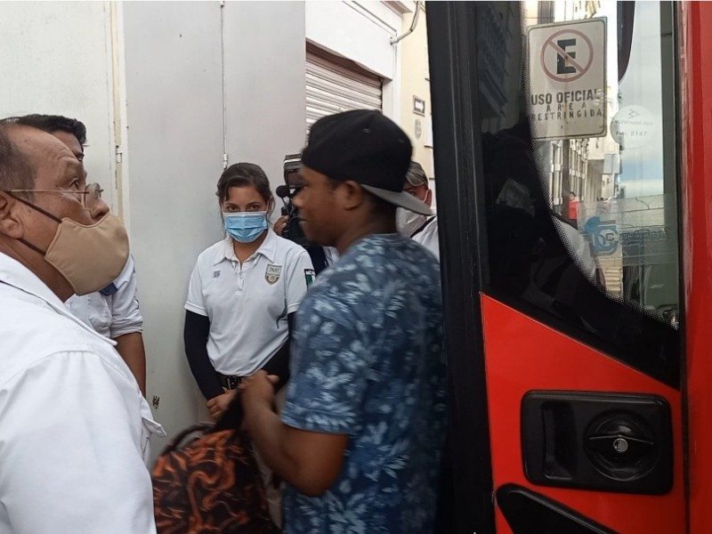 Migrantes se atrincheran en autobús de transporte
