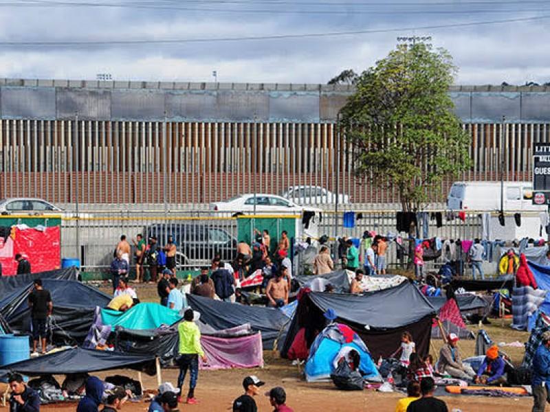 Migrantes tratan de ingresar a garitas de Tijuana