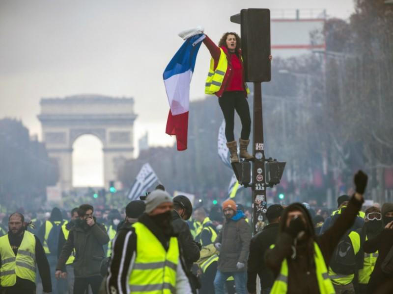 """Miles de """"chalecos amarillos"""" protestan en Francia"""