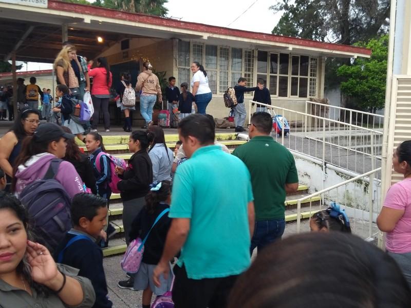 Miles de estudiantes regresan a clases en Jalisco