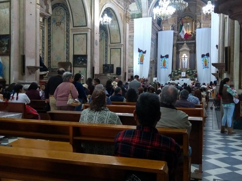 Miles de fieles visitan a la virgen morena