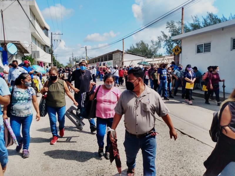 Miles de maestros en segundo día de vacunación