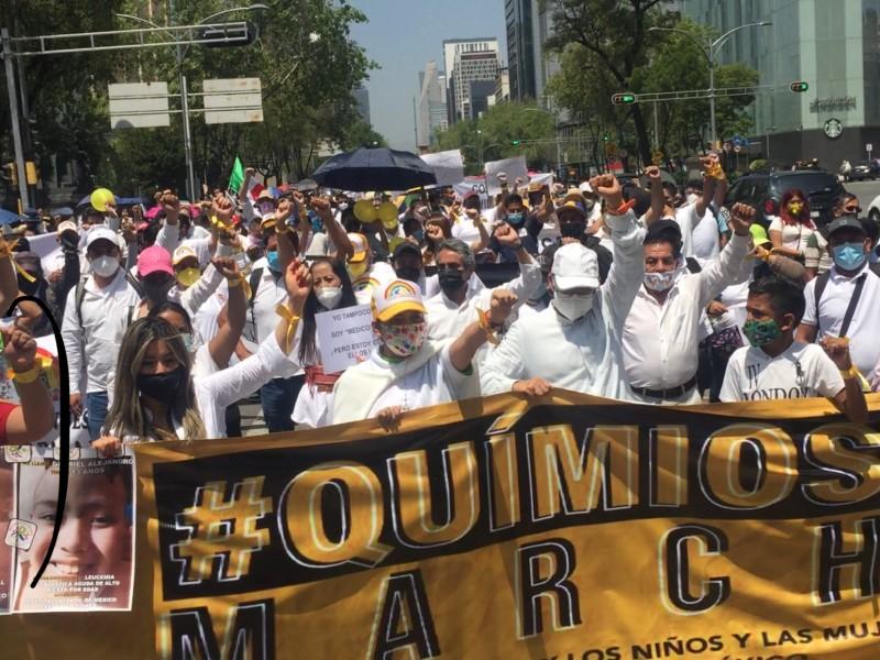 Miles marchan para exigir medicinas en CDMX