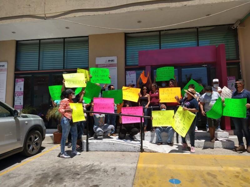 Militantes de Morena se manifiestan contra el INE en Zihuatanejo