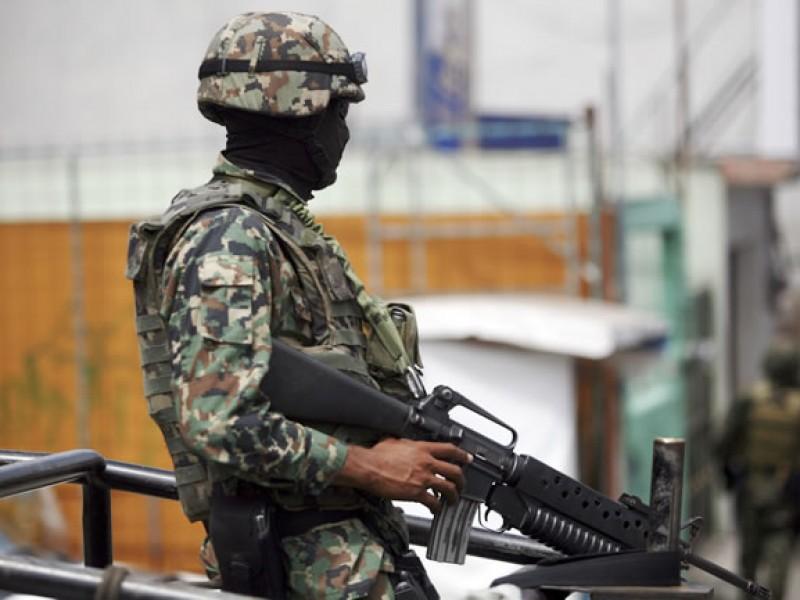 Militares aseguraran 100 dosis de droga y un vehículo robado.