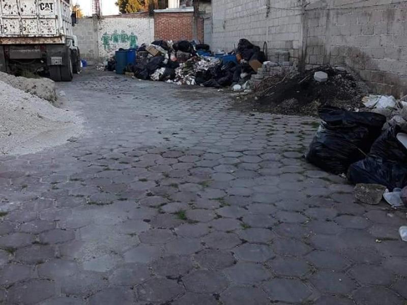 Montoneras de basura inundan calles de San Salvador Huixcolotla
